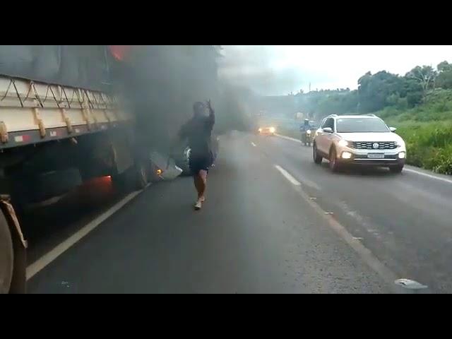 Pai tenta salvar filho que morre carbonizado após bater contra caminhão do pai em Cascavel no Paraná