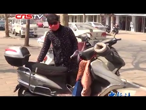 女子丢失16万现金苦等被调戏 / Cash transport with motorcycle: 160000RMB Yuan lost