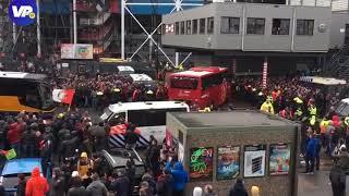 Aankomst spelersbus Ajax bij De Kuip