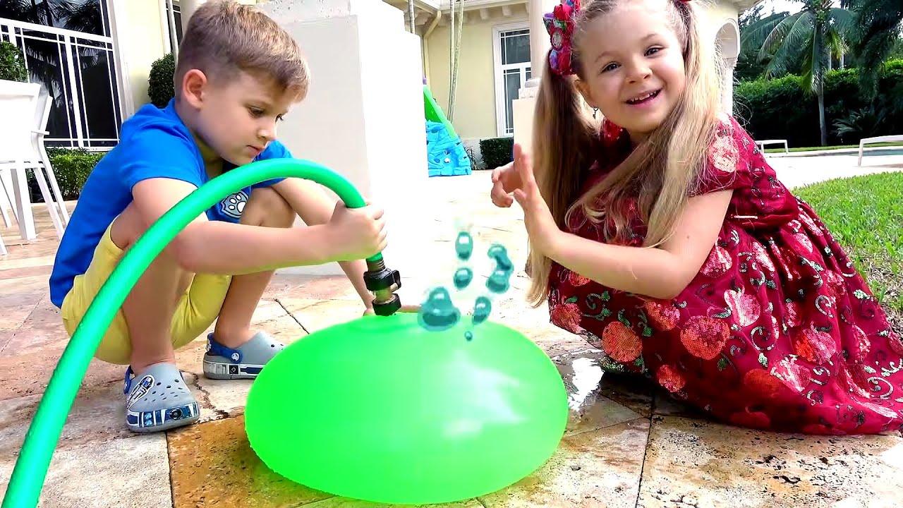 डायना और रोमा आश्चर्य खिलौने पर बहस करते हैं Kids learn how to compromise and share toys