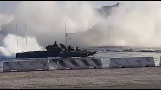 Dimostrazione anfibia nel porto di Brindisi
