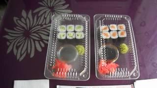 Две порции суши  суши с огурцом и суши с красной рыбой  Как запаковывают суши с собой