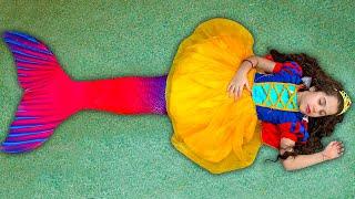 SARAH BRINCA de SEREIA e queria ser A PRINCESA BRANCA DE NEVE   Sarah pretend play Mermaid