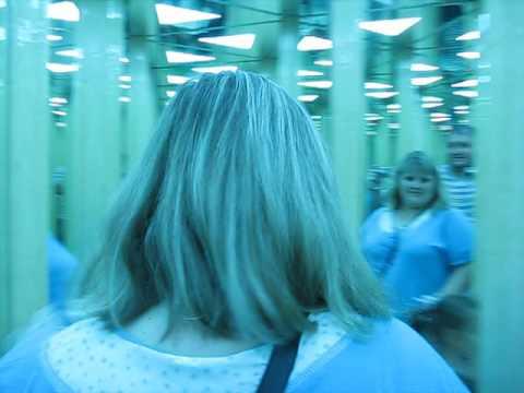 Зеркальный лабиринт расположен у аттракциона мега диско «египет». Это сеть запутанных коридоров, состоящих из плоских зеркал. Лабиринт.