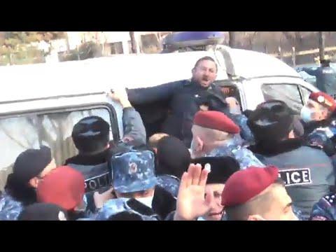 Ինչպես են ոստիկաններն ուժով բերման ենթարկում ակցիայի մասնակիցներին, այդ թվում Գեղամ Մանուկյանին