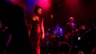 Amy Winehouse - Intro & Addicted (Live)