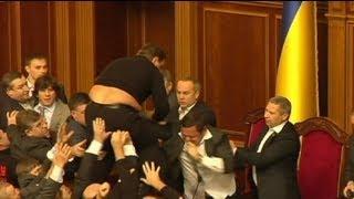 عراك بين نواب لدى افتتاح أول جلسة للبرلمان الأوكراني...