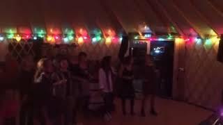 Une Yourte Française de 100m² : salle de spectacle dans un camping