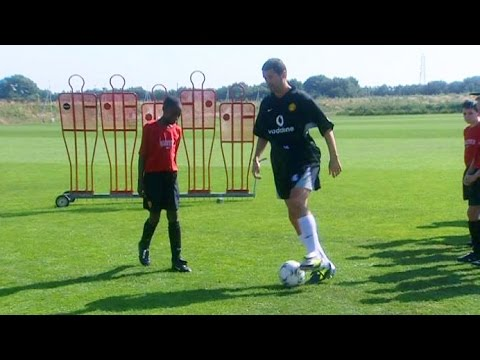 Roy Keane Teaches 12 Year Old Danny Welbeck How To Shield Th
