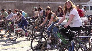Roma, manifestazione per il clima con Greta Thunberg: il palco è alimentato dalle biciclette