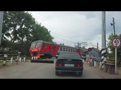 Пригородный электропоезд со станции Киров, на ж/д переезде 16.0617.