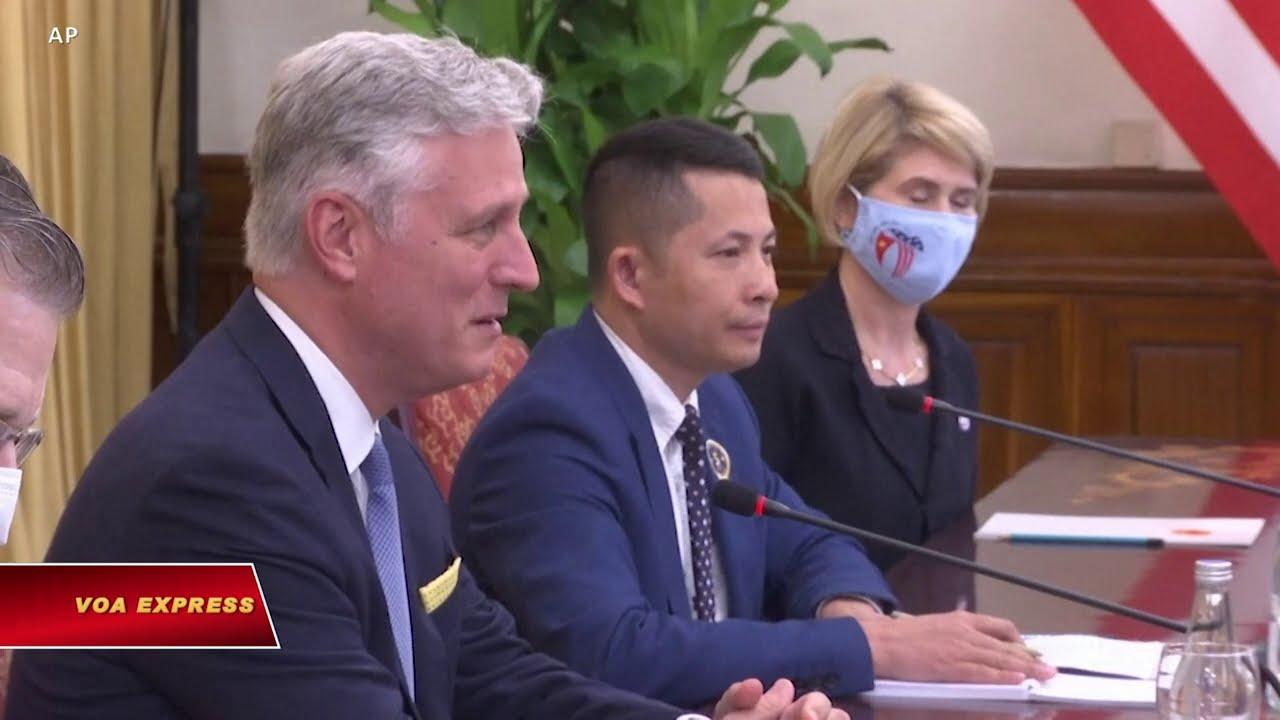 Phụ tá Tổng thống Trump thúc Việt Nam chặn hàng Trung Quốc tránh thuế Mỹ