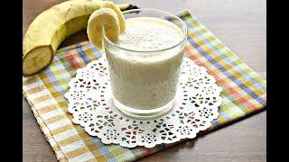 Банановый смузи с овсянкой, молоком и медом в блендере