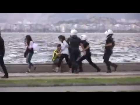 İzmir Kordon'da genç kızların saçını çekip joplayan polis   Gezi Parkı Olayları