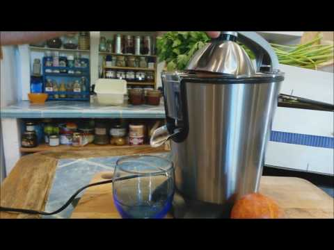 Jus d'orange pour le petit déjeuner avec le presse agrumes AGR80 H.KOENIG