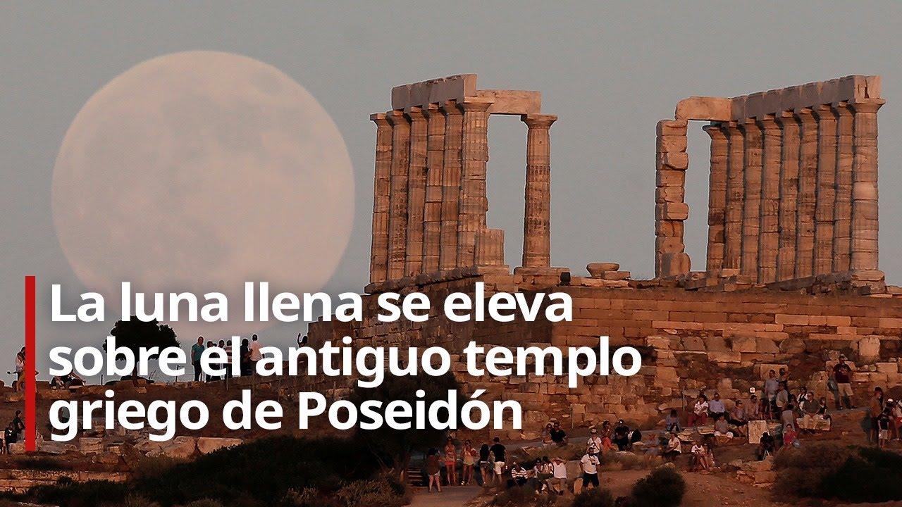 La luna llena se eleva sobre el antiguo templo griego de Poseidón
