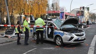 Schwerer unfall in berlin lankwitz der seydlitztraße ecke kaiser-wilhelm-straße: ein streifenwagen und schwarzer audi sind ineinander gefahren. po...