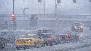 Снегопады вернулись в Москву. Столицу заливает и засыпает