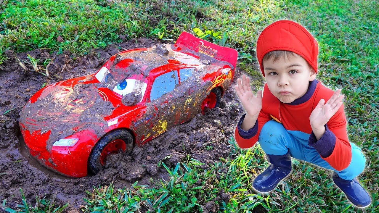 Lightning mcqueen stuck in the mud - Dima pretend play on the carwash
