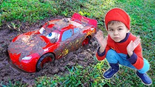 Gambar cover Lightning mcqueen stuck in the mud - Dima pretend play on the carwash