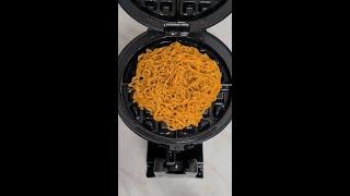 와플기계에 4가지맛 치즈 '불닭볶음면' 눌러먹기