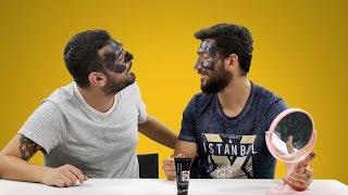 Erkekler Birbirlerine Siyah Kömür Maskesi Uyguluyor!