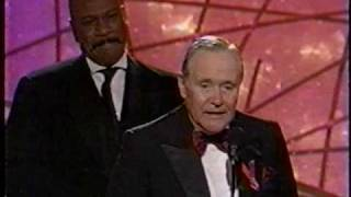 Ving Rhames gives his Golden Globe to Jack Lemmon (1998)