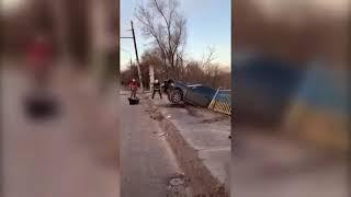 Под Днепром спасатели не дали машине сорваться с моста