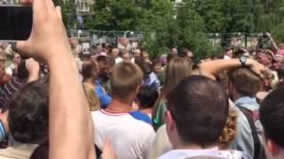 Захарченко успокаивает митингующих за прекращение войны. Видео Павла Каныгина(15 июня 2015 года. Видео: Павел Каныгин / «Новая газета», 2015-06-15T10:57:35.000Z)