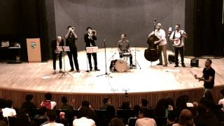 הופעה בבית ספר בתכנית מעגלי החיים במוסיקה של ניו אורלינס.  Bourbon St. Parade
