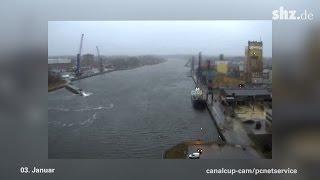 Havarie im Nordostsee-Kanal: MS ESTE schrammt am Schwerlasthafen entlang