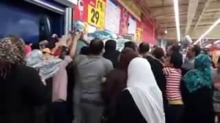 بالفيديو: مشهد محزن للمصريين أثناء حصولهم على الأرز في أحد المولات، كارثة أم ثورة جياع