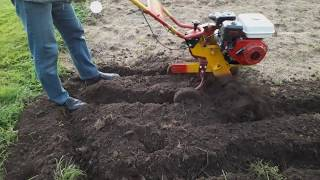работа мотокультиватором на садовом участке