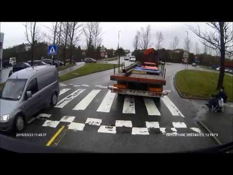 Gammel mand i kørestol prøver at vælte lastbil.