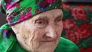 100-річна бабця співає пісень