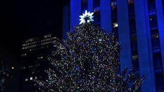 Video Rockefeller Christmas tree lights up in New York download MP3, 3GP, MP4, WEBM, AVI, FLV Desember 2017