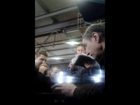 Мастер проводит планерку на производстве
