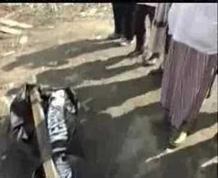 Mengangkat mayat  mangsa Tsunami di Acheh