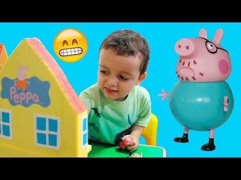 Papai da Peppa Pig com Dor de Barriga no Vaso Sanitário! Novelinha Peppa Pig em Portugues