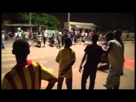 Courses de moto anarchiques à Ouagadougou (Burkina Faso)