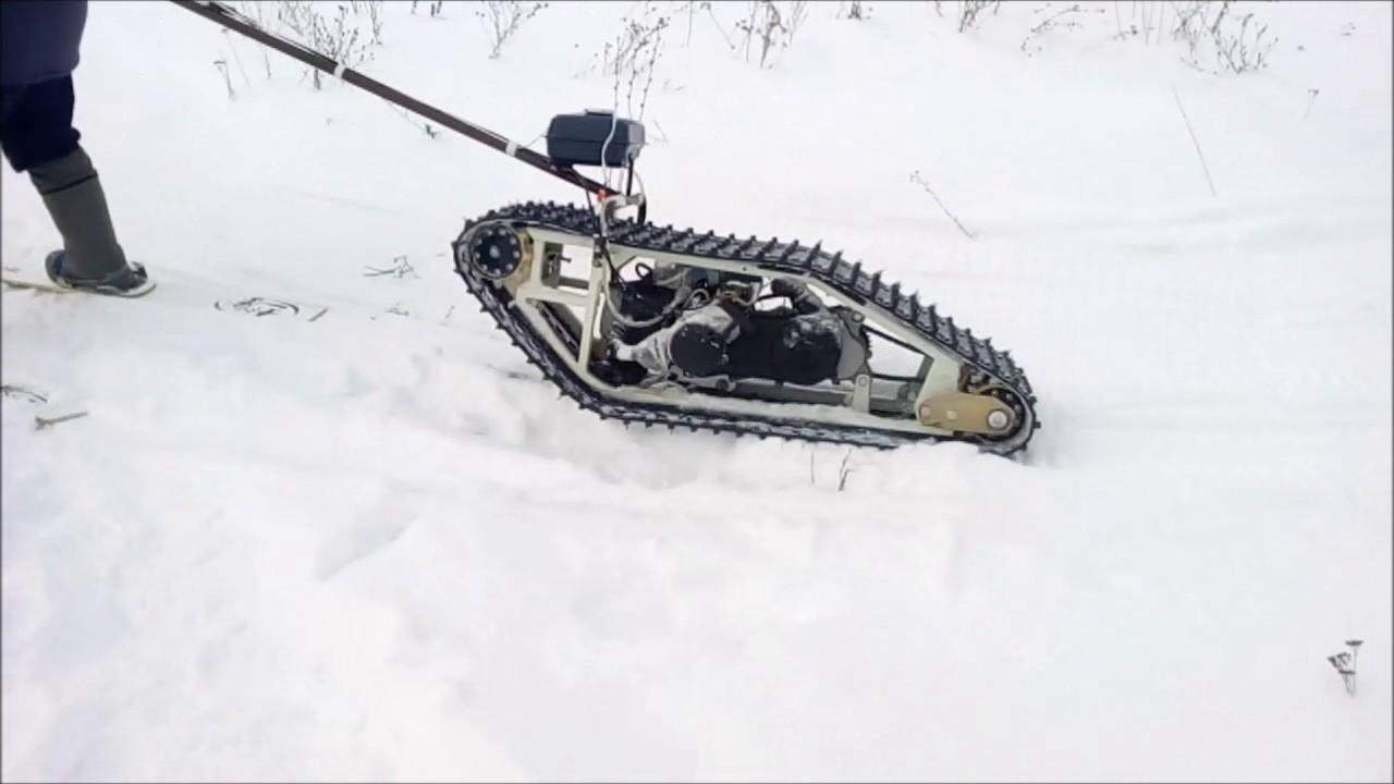Снегоход мото буксировщик лыжника.
