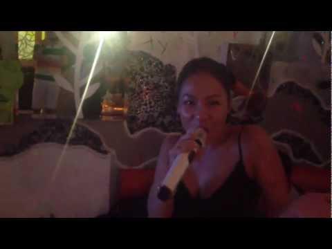 Ca sĩ Thu Minh tập thể dục hát karaoke Còn Thương Rau Đắng Mọc Sau Hè