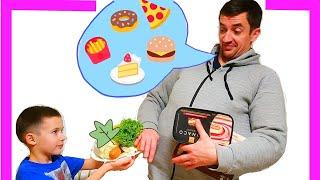 Тима как Ева показывает папе как правильно питаться