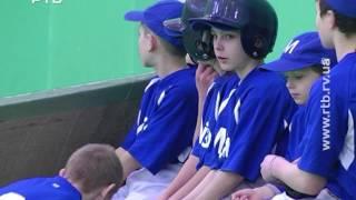Вихованці Мізоцького інтернату грають в бейсбол