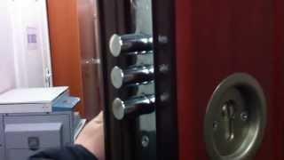 видео Утепленная филенчатая дверь с замком Kale