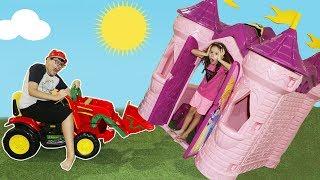Valentina finge brincar  Brincar de vizinhas com casas de brinquedos - 04
