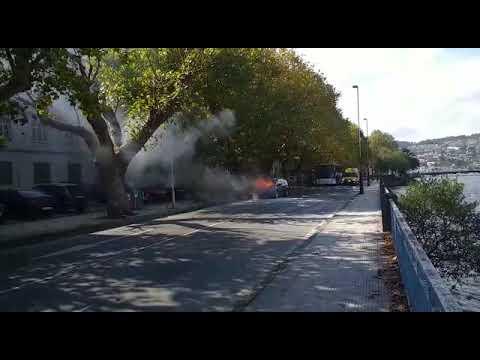 Incendio en un vehículo en marcha en la avenida de Bos Aires de Pontevedra