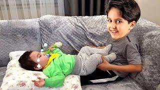 SADO BEBEK BAKICISI OLUYOR ve GERÇEK BEBEK BAKIYOR - Kids Pretend Play Taking of Babies feeding