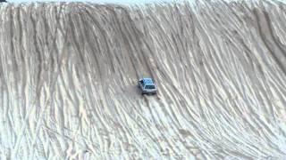 改造車が次々脱落していく砂丘上り!しかし、無改造の「古いスバル」が見事坂を登り切る