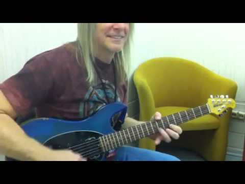 Steve Morse shows  how to play the Highway Star solo